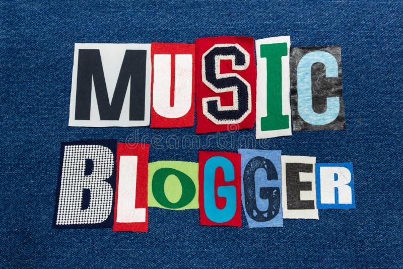 Tela colorida da colagem da palavra do texto do BLOGGER da MÚSICA na sarja de Nimes, em blogues da música e em publicar em blogs  imagens de stock
