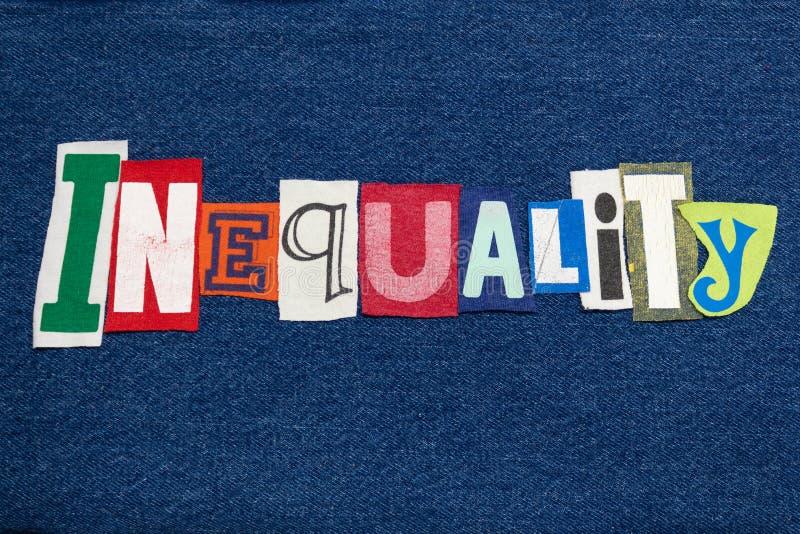 Tela colorida da colagem da palavra do texto da DESIGUALDADE na sarja de Nimes azul, desigual imagem de stock royalty free