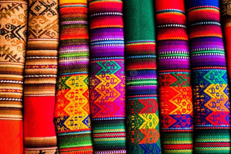 Tela colorida en el mercado en Perú, Suramérica fotografía de archivo