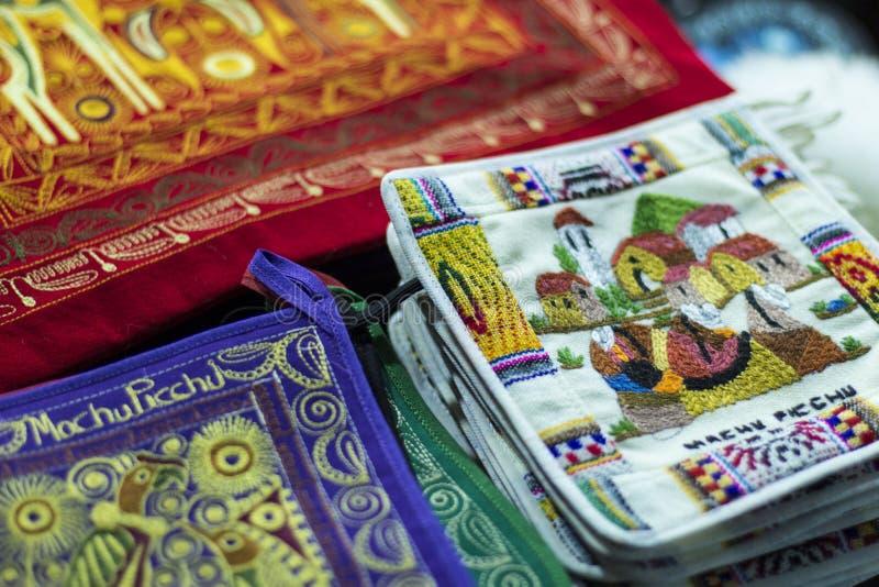 Tela colorida no mercado no Peru, Ámérica do Sul foto de stock royalty free