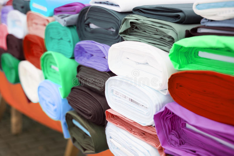 A tela colorida rola no mercado de matéria têxtil imagens de stock royalty free