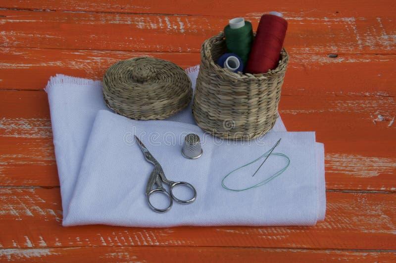 Tela com objetos para costurar e bordado, tom alaranjado imagens de stock