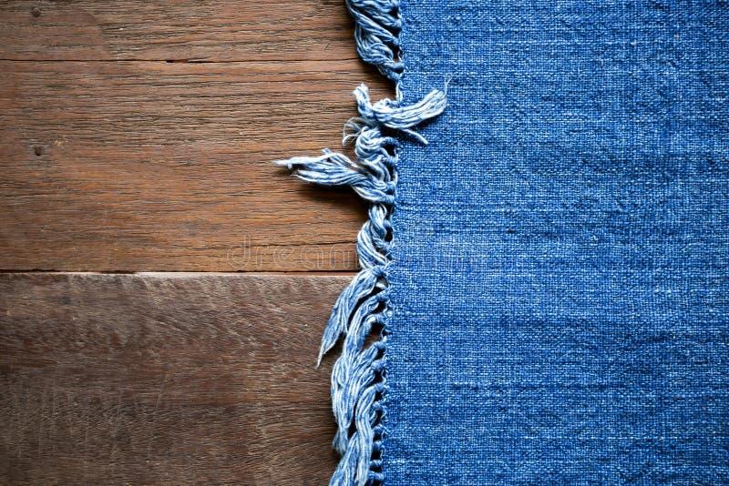 Tela de algodón azul del color en viejo fondo de madera de la tabla foto de archivo libre de regalías