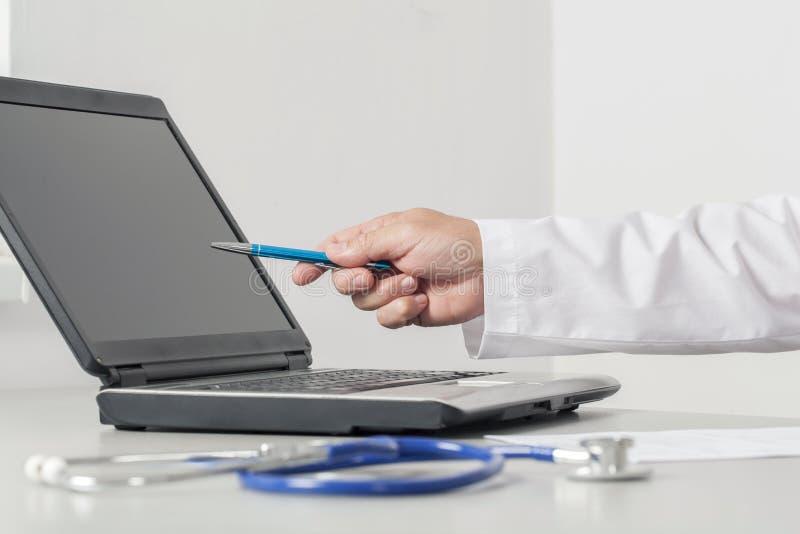 Tela de computador do doutor Pointing To The foto de stock
