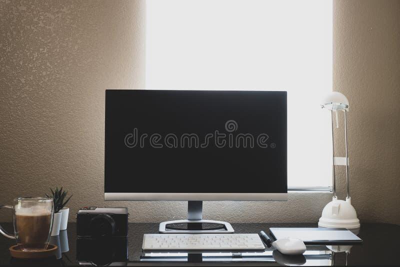 Tela de computador, em casa, para trabalhar com pandemia de coronavírus em casa e em reuniões remotas fotografia de stock