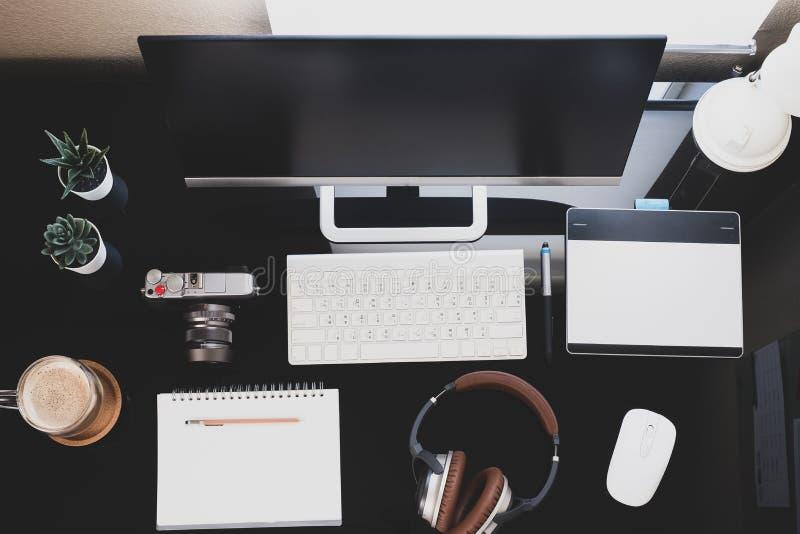 Tela de computador, em casa, para trabalhar com pandemia de coronavírus em casa e em reuniões remotas foto de stock