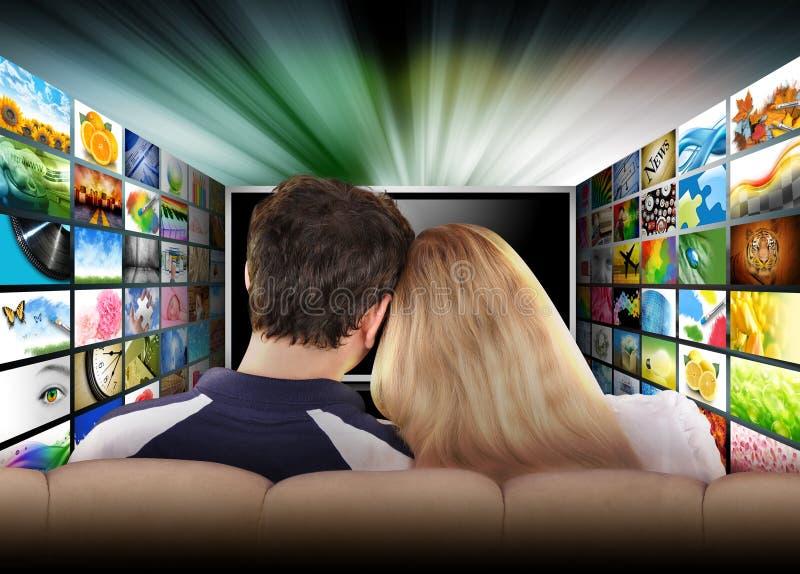 Tela de filme de observação da televisão dos povos imagens de stock