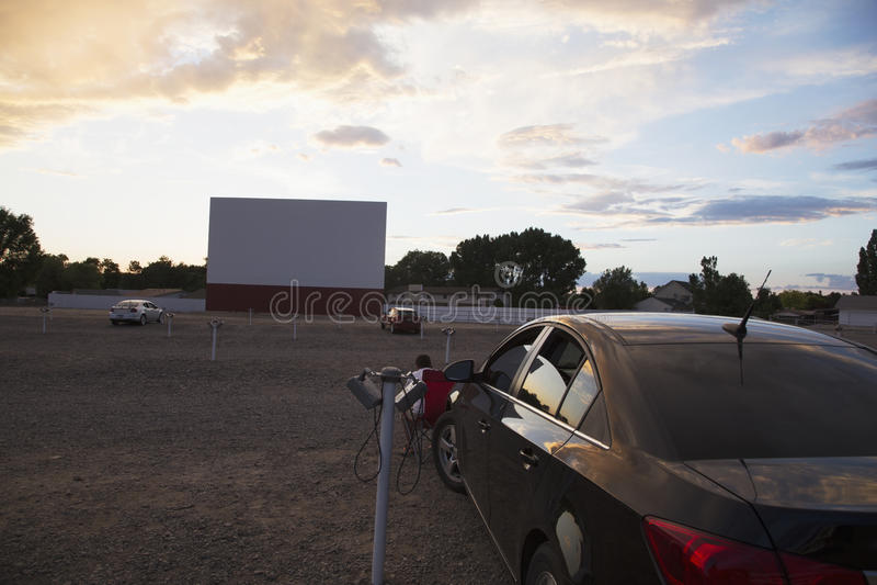 Tela de filme vazia no por do sol, movimentação da estrela no cinema, Montrose, Colorado, EUA foto de stock