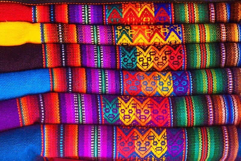 Tela de mat?ria t?xtil nativa colorida tradicional peruana do artesanato no mercado em Machu Picchu, uma da maravilha sete nova d fotografia de stock royalty free