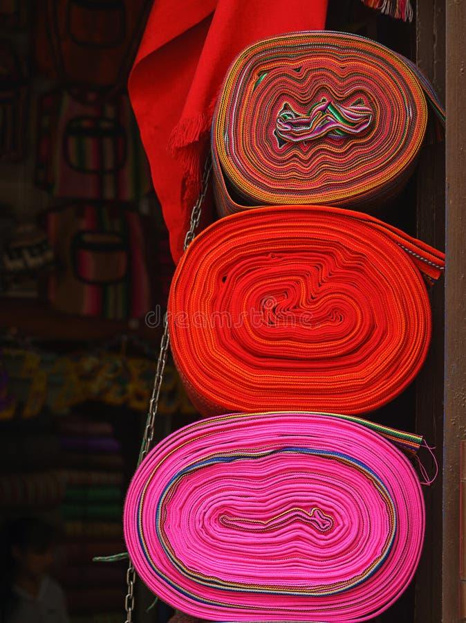 Tela de mat?ria t?xtil nativa colorida tradicional peruana do artesanato no mercado em Machu Picchu, uma da maravilha sete nova d foto de stock royalty free