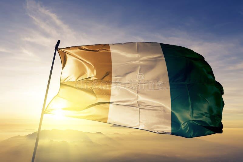 Tela de pano de matéria têxtil da bandeira nacional de Ivoire do ` da costa d que acena na parte superior ilustração stock