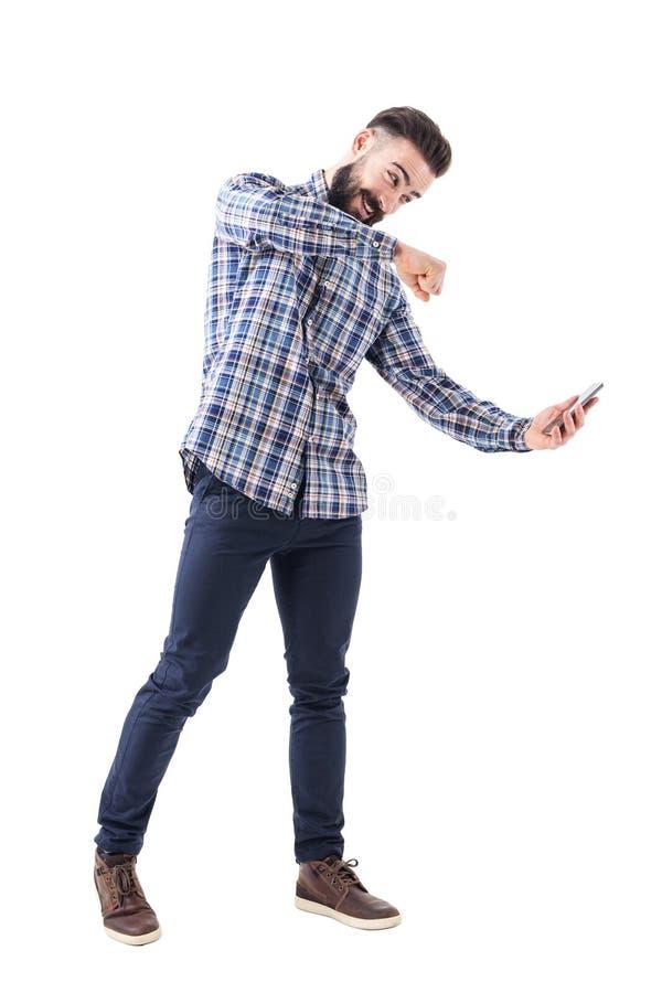 Tela de perfuração moderna farpada irritada do telefone celular do homem de negócio Conceito da raiva foto de stock royalty free