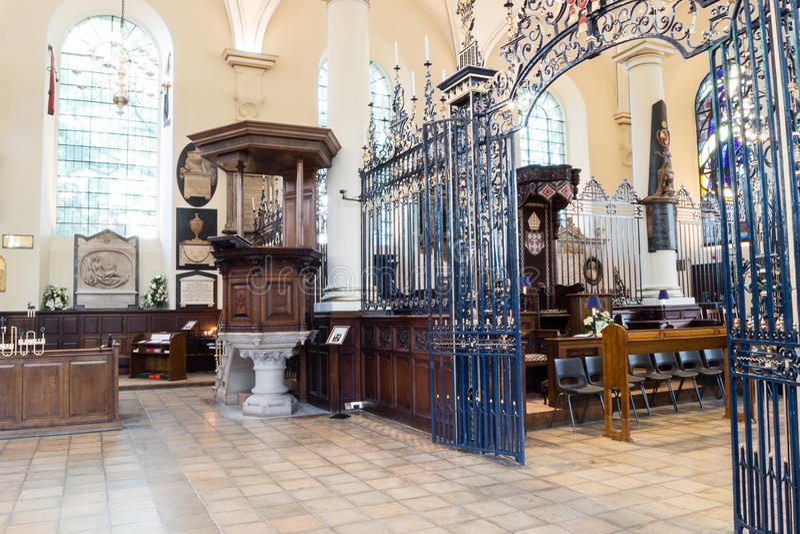 Tela de rood de Derby Cathedral Pulpit e do ferro fotografia de stock