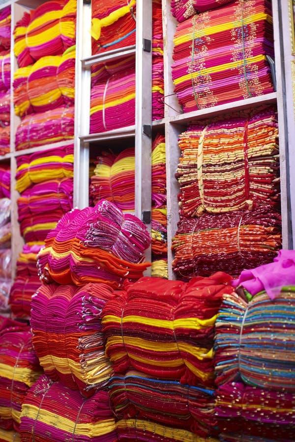 Tela de seda para la sari en el mercado en la india foto - Telas de la india online ...
