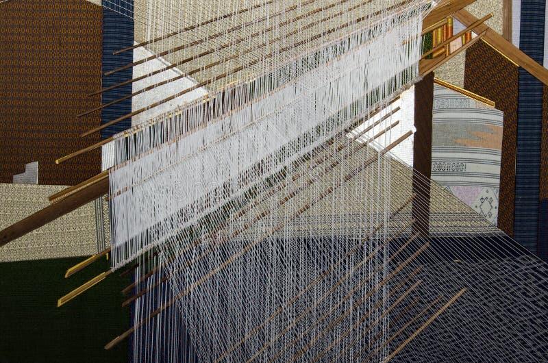 Tela de seda, proceso que teje de la mano en Tailandia imagen de archivo libre de regalías