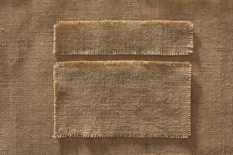 A tela de serapilheira molda as etiquetas das partes, remendo de pano de linho na juta imagens de stock royalty free