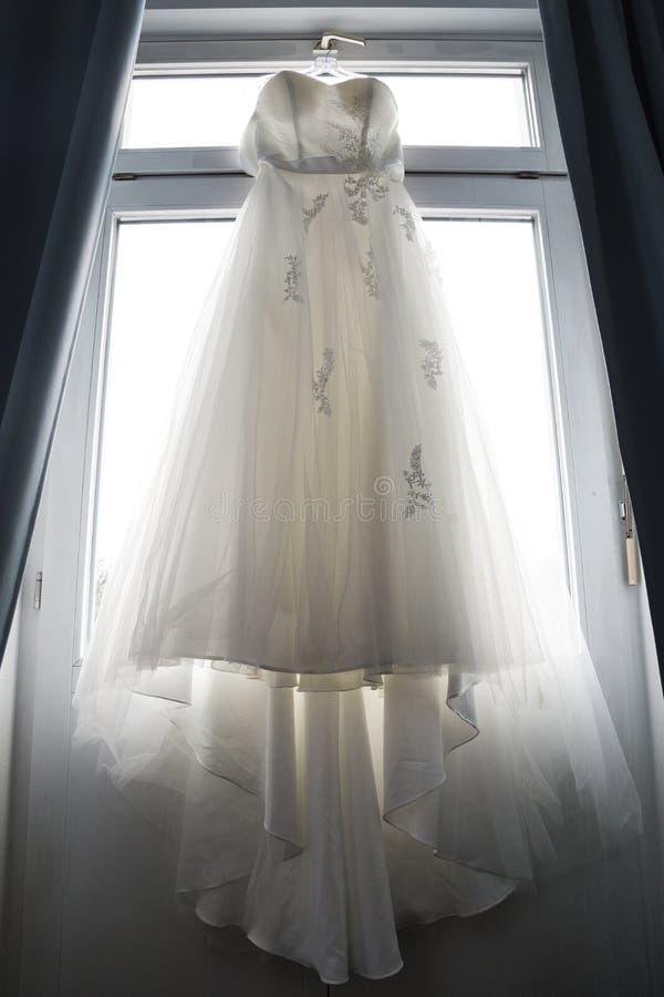 Tela delicada del cordón del vestido de boda largo blanco imagen de archivo libre de regalías