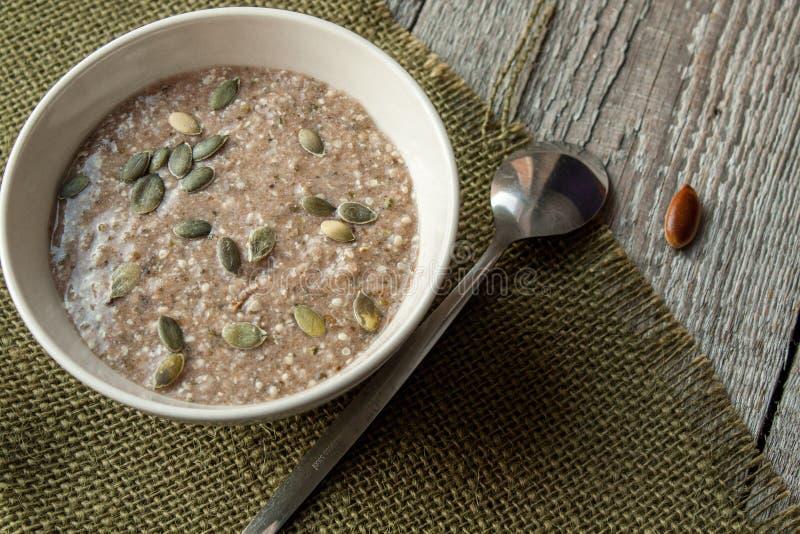 Tela di canapa molto sana del porridge con alga immagini stock libere da diritti