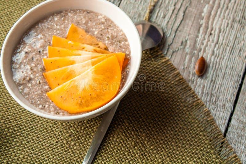 Tela di canapa molto sana del porridge con alga immagine stock