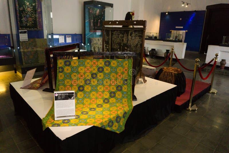 Tela do Batik com a cor verde e amarela indicada no museu Pekalongan Indonésia do Batik imagem de stock