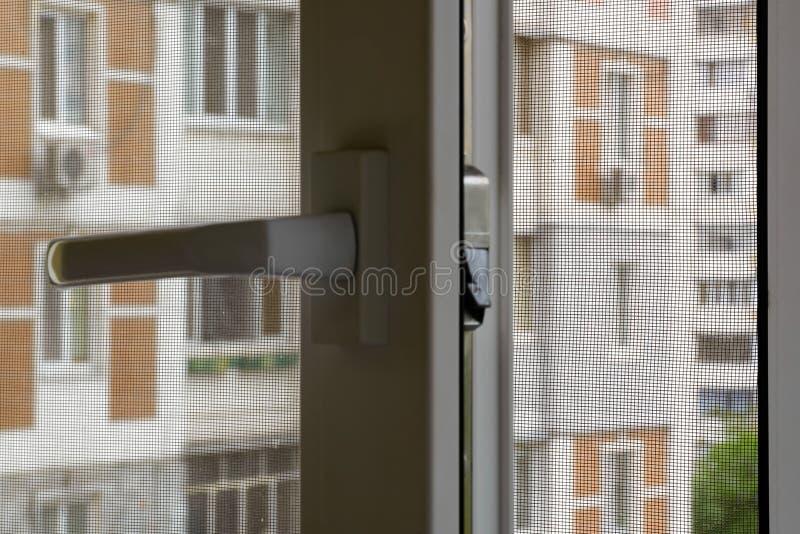 Tela do mosquito em uma janela fotografia de stock royalty free