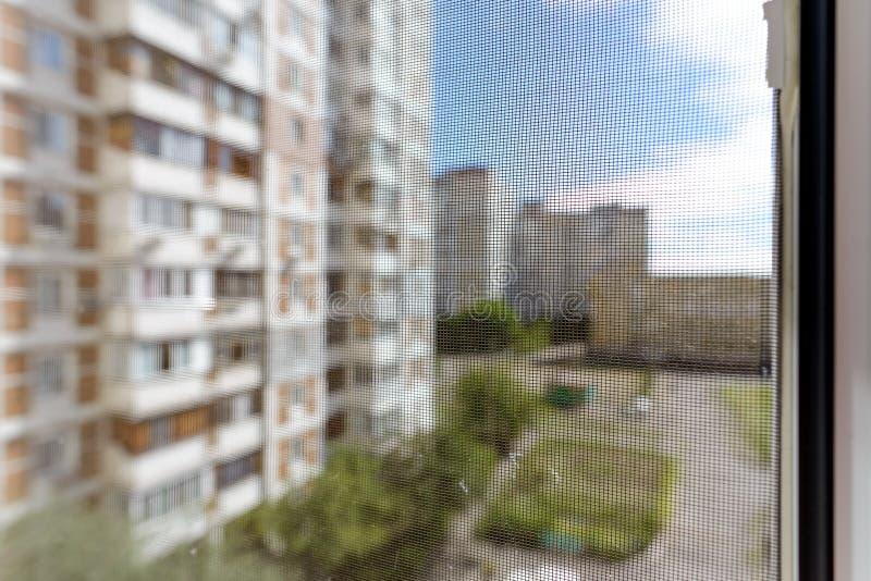 Tela do mosquito em uma janela foto de stock