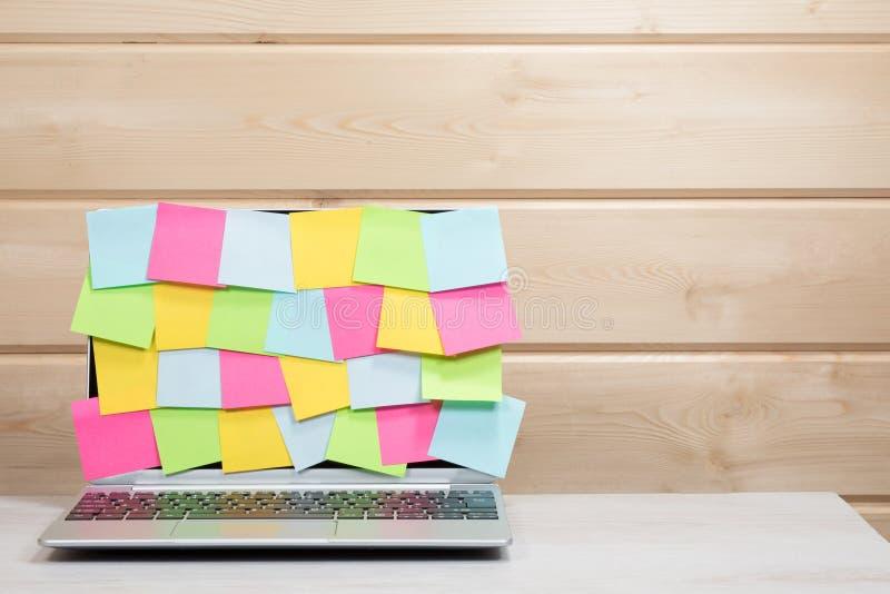 Tela do portátil coberta em notas pegajosas vazias foto de stock