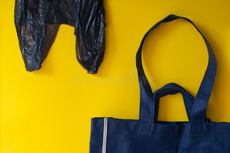 Tela e saco de plástico opcionais para o interesse do ambiente foto de stock royalty free