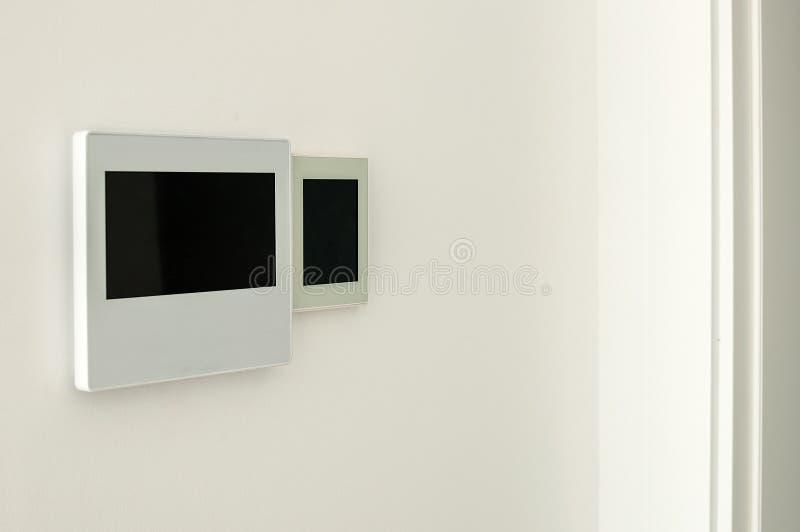 Tela esperta com apps home espertos na parede Conceito home esperto fotografia de stock