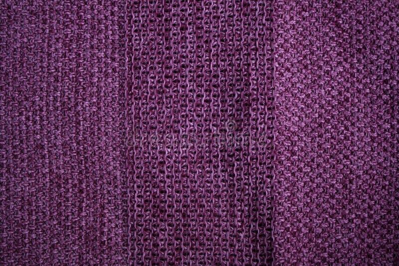 Tela feita malha magenta com listras textured fotos de stock