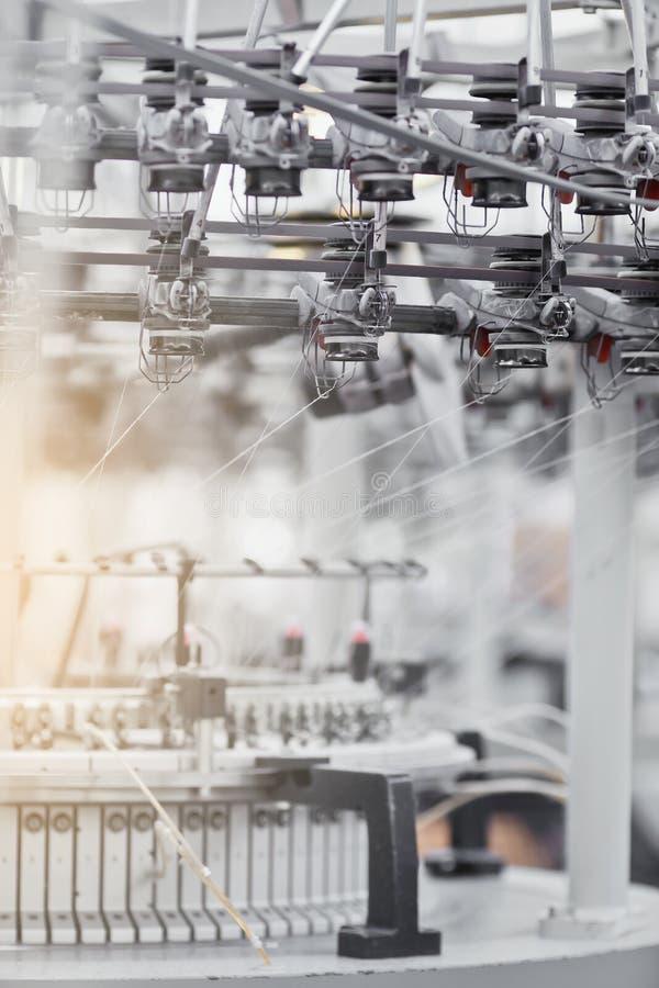 Tela hecha punto Fábrica de la materia textil en cadena de producción de giro y una compañía de la producción de maquinaria y de  imagen de archivo