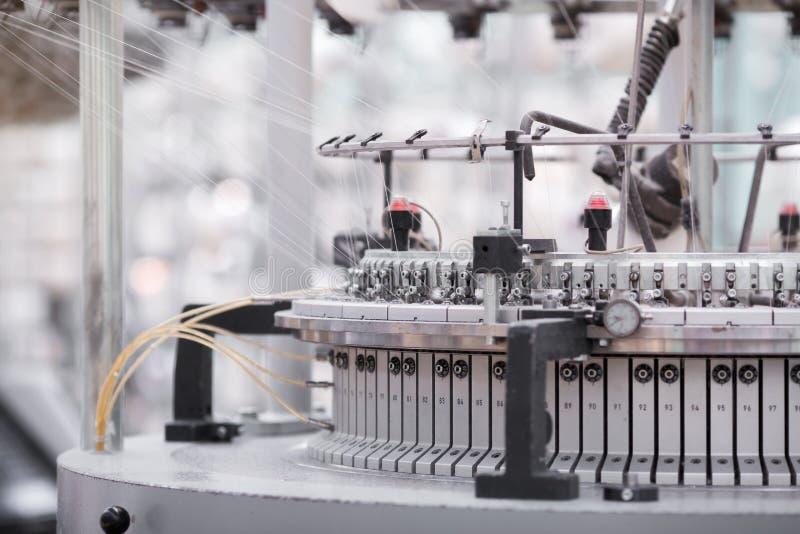 Tela hecha punto Fábrica de la materia textil en cadena de producción de giro y una compañía de la producción de maquinaria y de  imagen de archivo libre de regalías