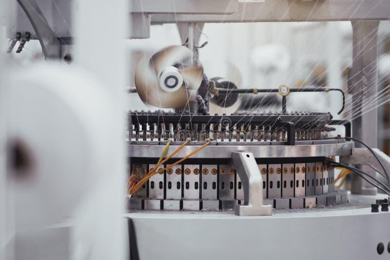 Tela hecha punto Fábrica de la materia textil en cadena de producción de giro y una compañía de la producción de maquinaria y de  fotografía de archivo