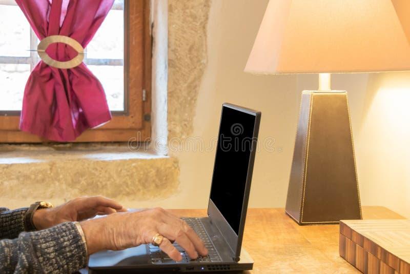 Tela preta do portátil da tela, espaço negativo para o texto ou inserção fotografia de stock royalty free