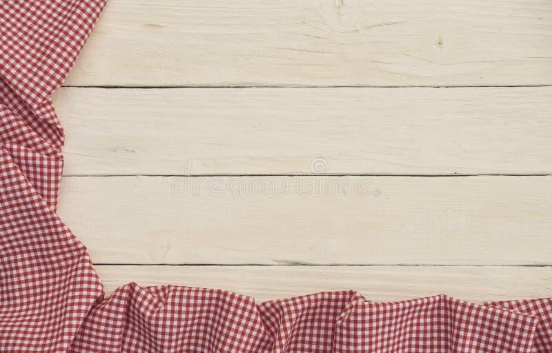 Tela quadriculado vermelha no fundo de madeira branco fotografia de stock