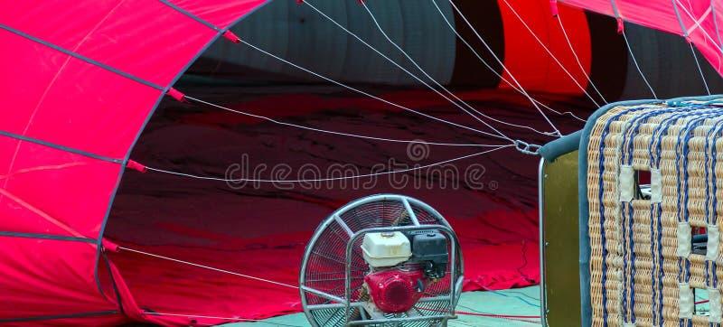 Tela roja de la cesta del globo del aire caliente imagenes de archivo