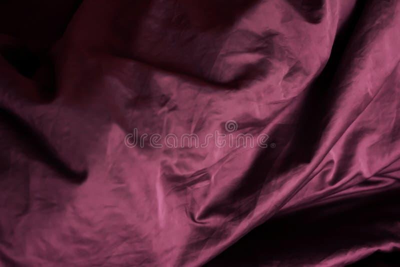 Tela roxa nas dobras drapery Textura, fundo fotos de stock royalty free