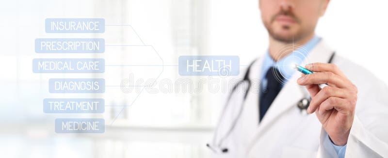 Tela táctil do doutor com uns cuidados médicos médicos da pena fotografia de stock