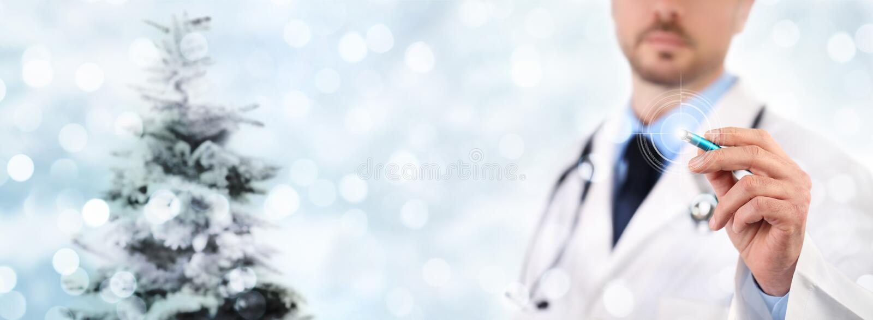 Tela táctil médico do doutor da mão do conceito do partido do Natal com pe fotografia de stock royalty free