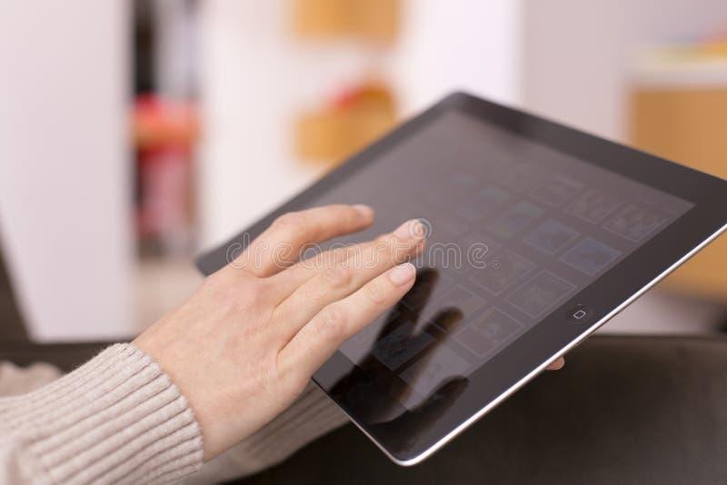 Tela tocante da mão da mulher na tabuleta digital. foto de stock royalty free
