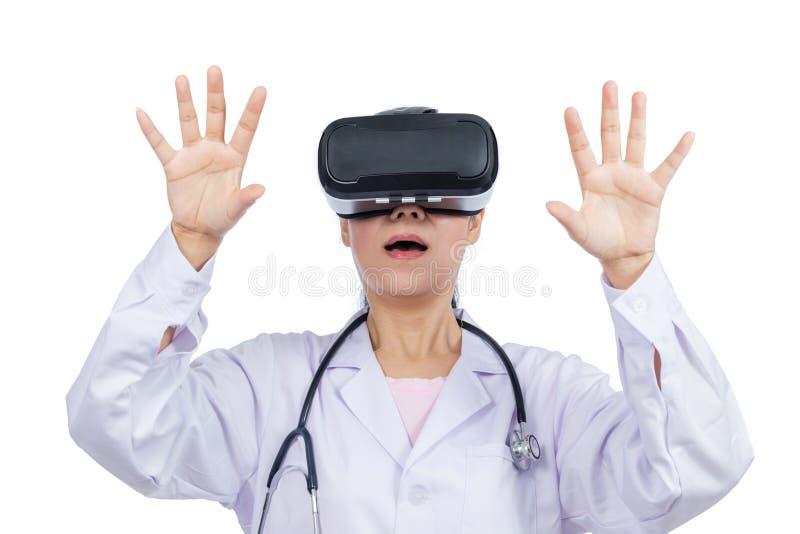 Tela tocante do doutor fêmea asiático por óculos de proteção da realidade virtual imagem de stock royalty free