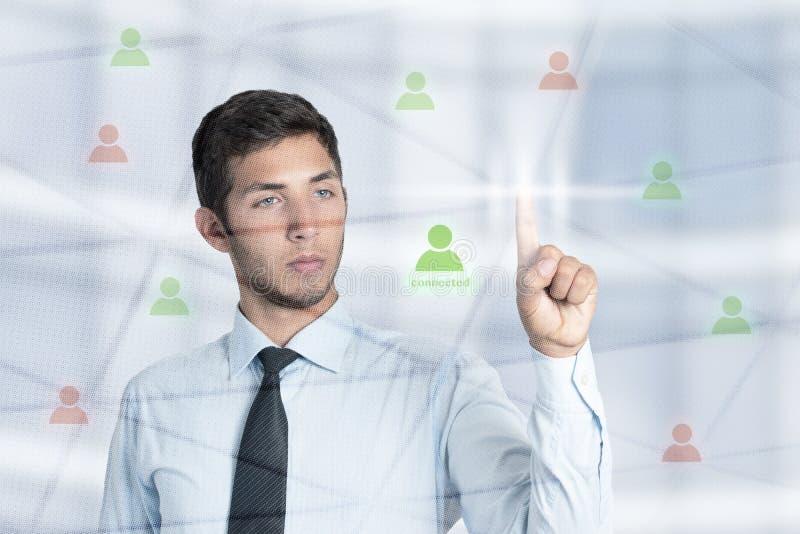 Tela tocante do homem de negócios novo para conectar o sócio através da nova tecnologia imagens de stock royalty free