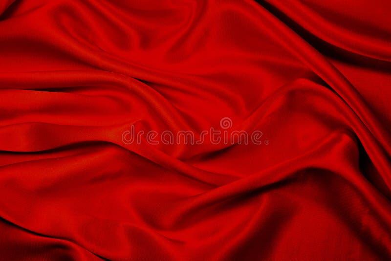 Tela vermelha com dobras macias fotos de stock