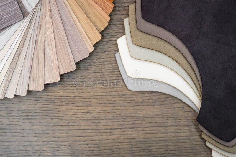 Tela y muestras de madera para la lamina o los muebles del piso en el edificio casero o comercial Pequeños tableros de la muestra imagen de archivo libre de regalías