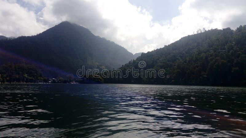 Telaga sarangan, Indonesia de la montaña del lago imágenes de archivo libres de regalías