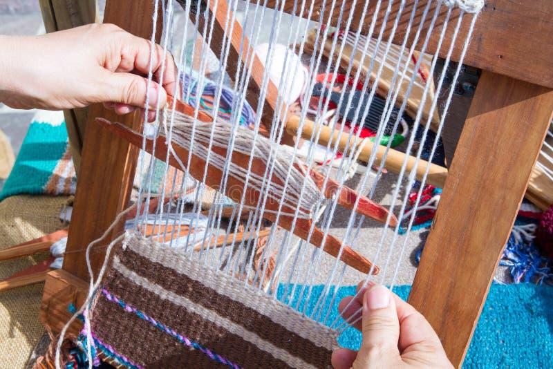 telar con las telas de las lanas fotos de archivo libres de regalas