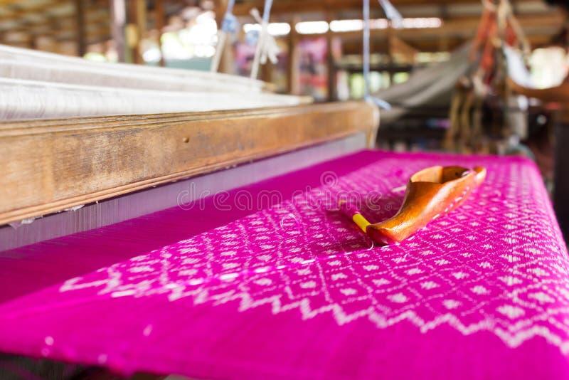Telar de seda El tejer tradicional de la seda tailandesa fotos de archivo