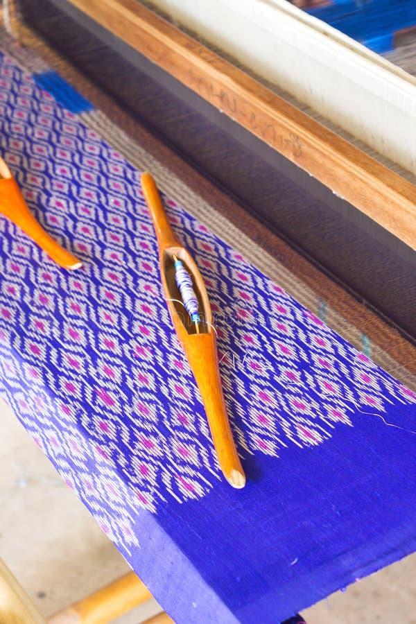 Telar de seda El tejer tradicional de la seda tailandesa imagen de archivo