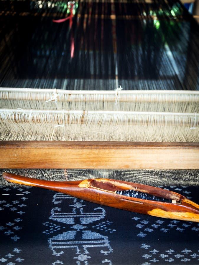 Telar de seda El tejer tradicional del algodón tailandés Hecho a mano y creatina imagen de archivo