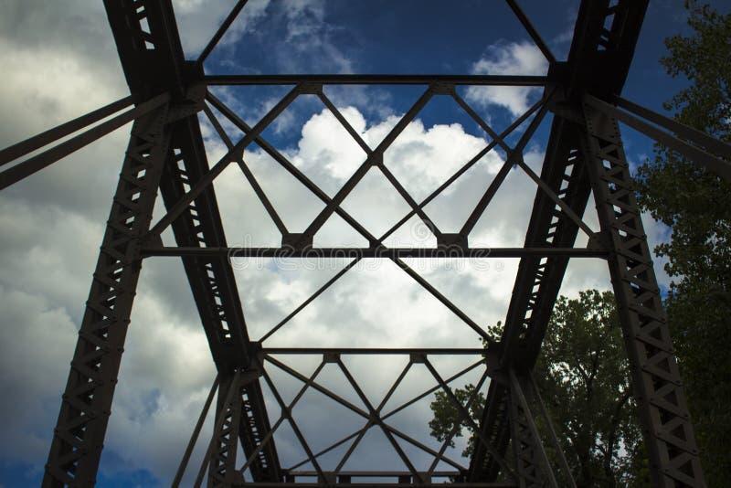 Telar dramático de las nubes sobre el puente foto de archivo libre de regalías